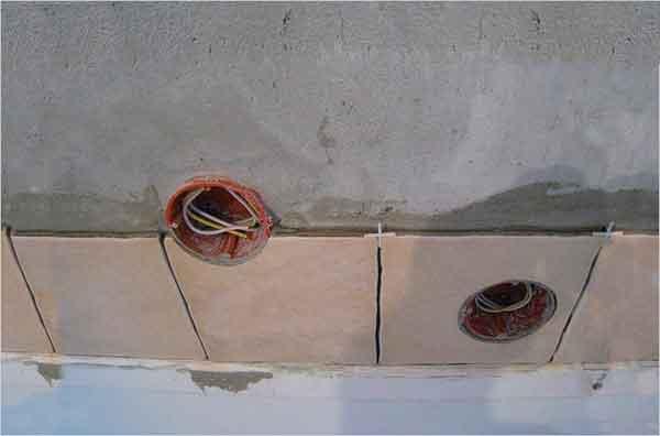 Монтаж розеток на плитке